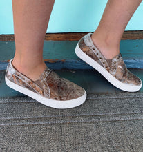 Load image into Gallery viewer, Pine Top Cowhide Slip On