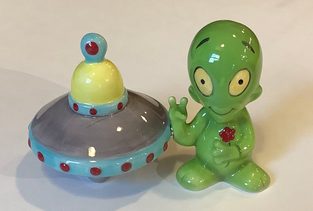 ALIEN WITH SAUCER SALT & PEPPER SHAKER SET