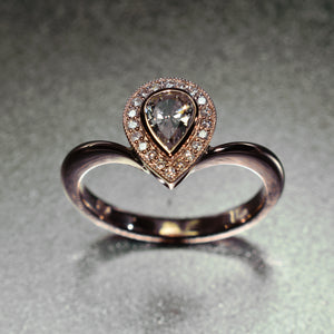 Pear shape halo in 9K rose gold set with diamonds
