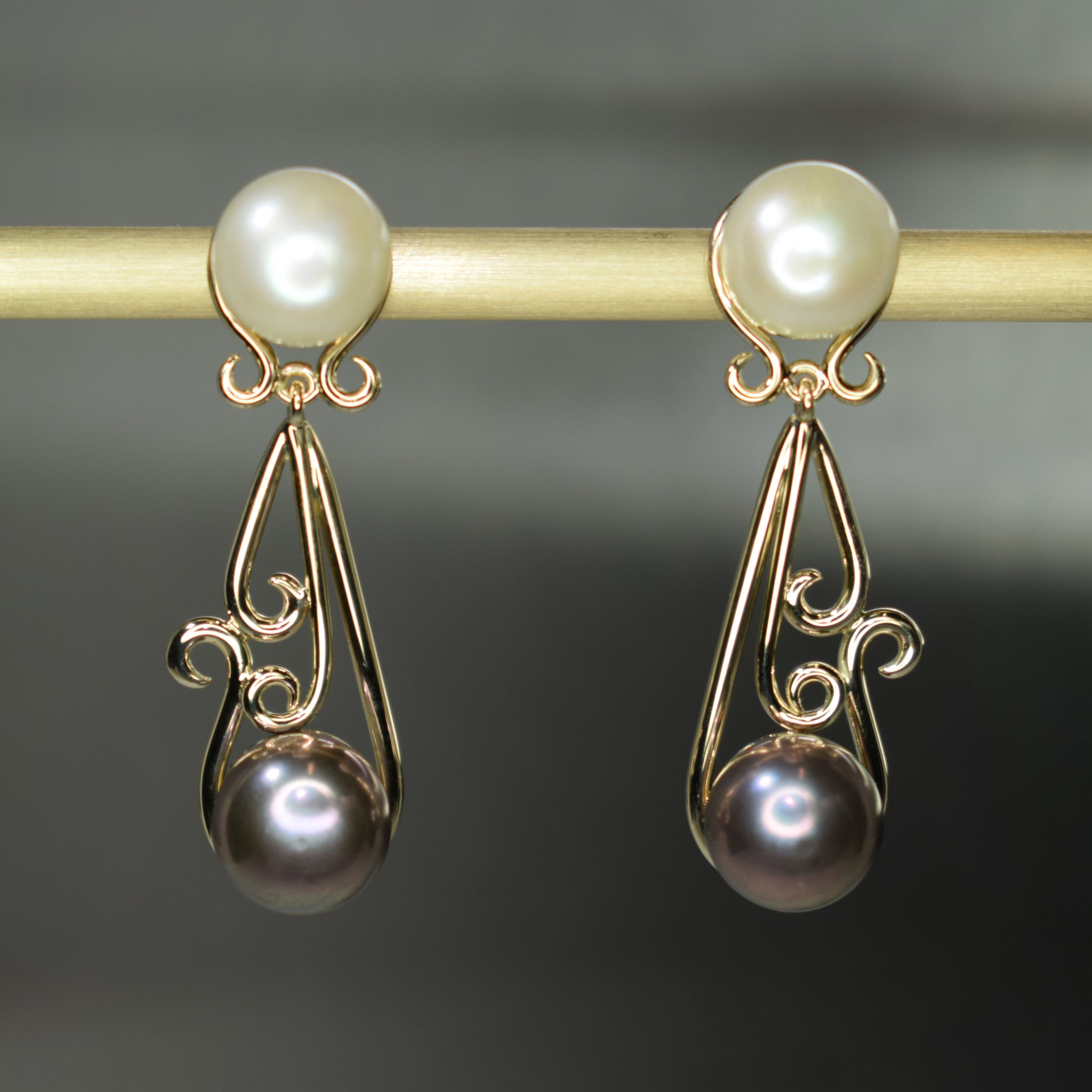Yellow gold and pearl curl earrings