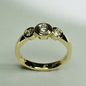 9K yellow gold & diamond tube set trilogy ring