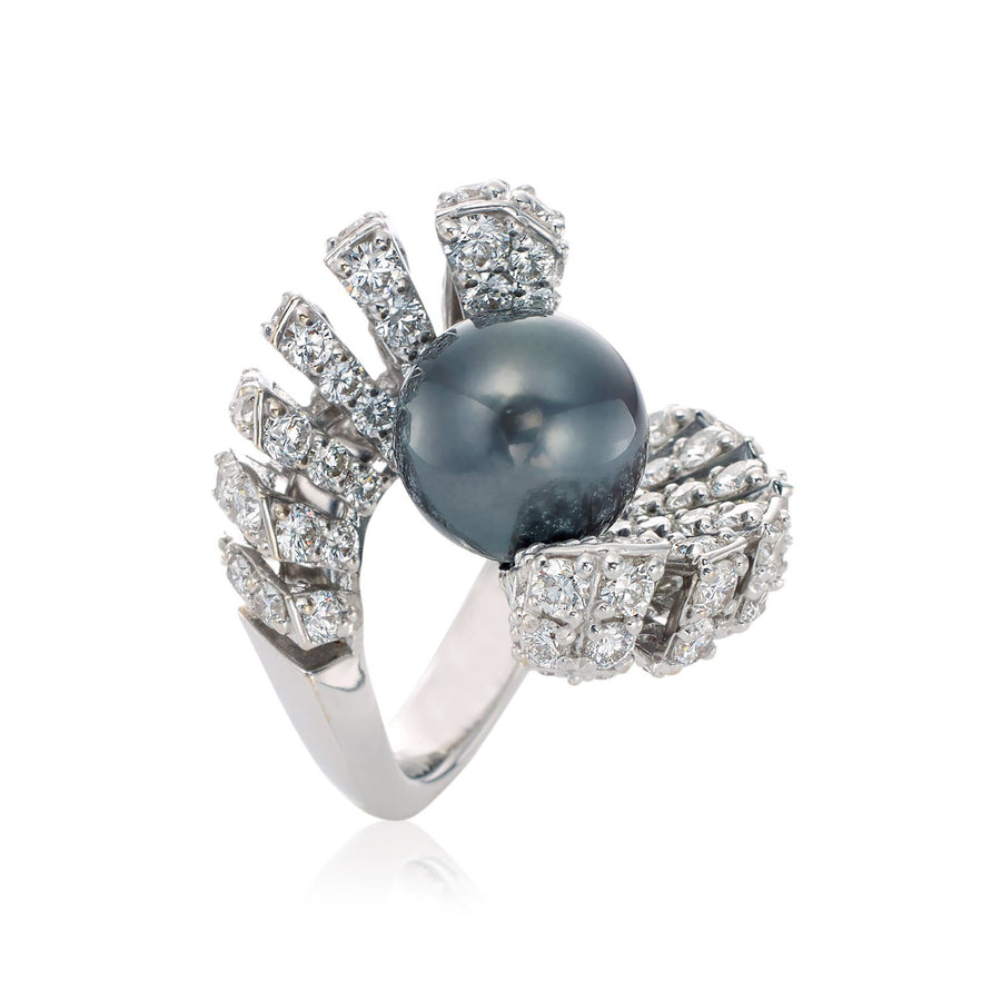 Ventaglio ring in 18K white gold with white diamonds and Tahitian pearl center stone