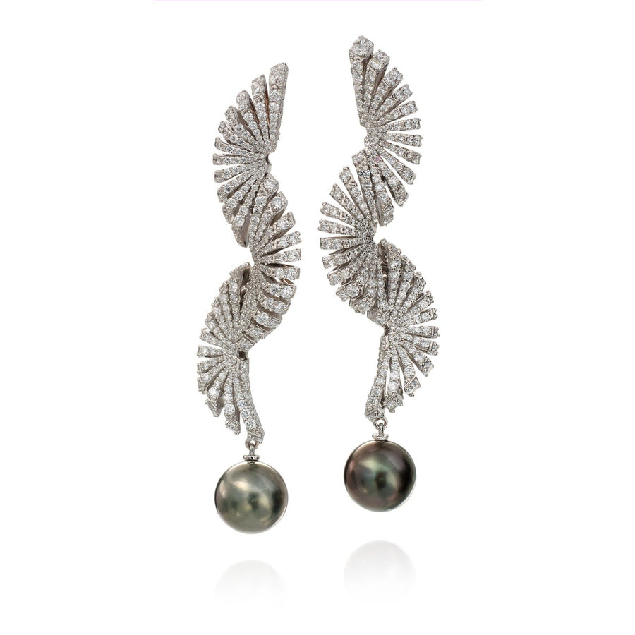 Ventaglio earrings in 18K white gold with white diamonds and Tahitian pearls