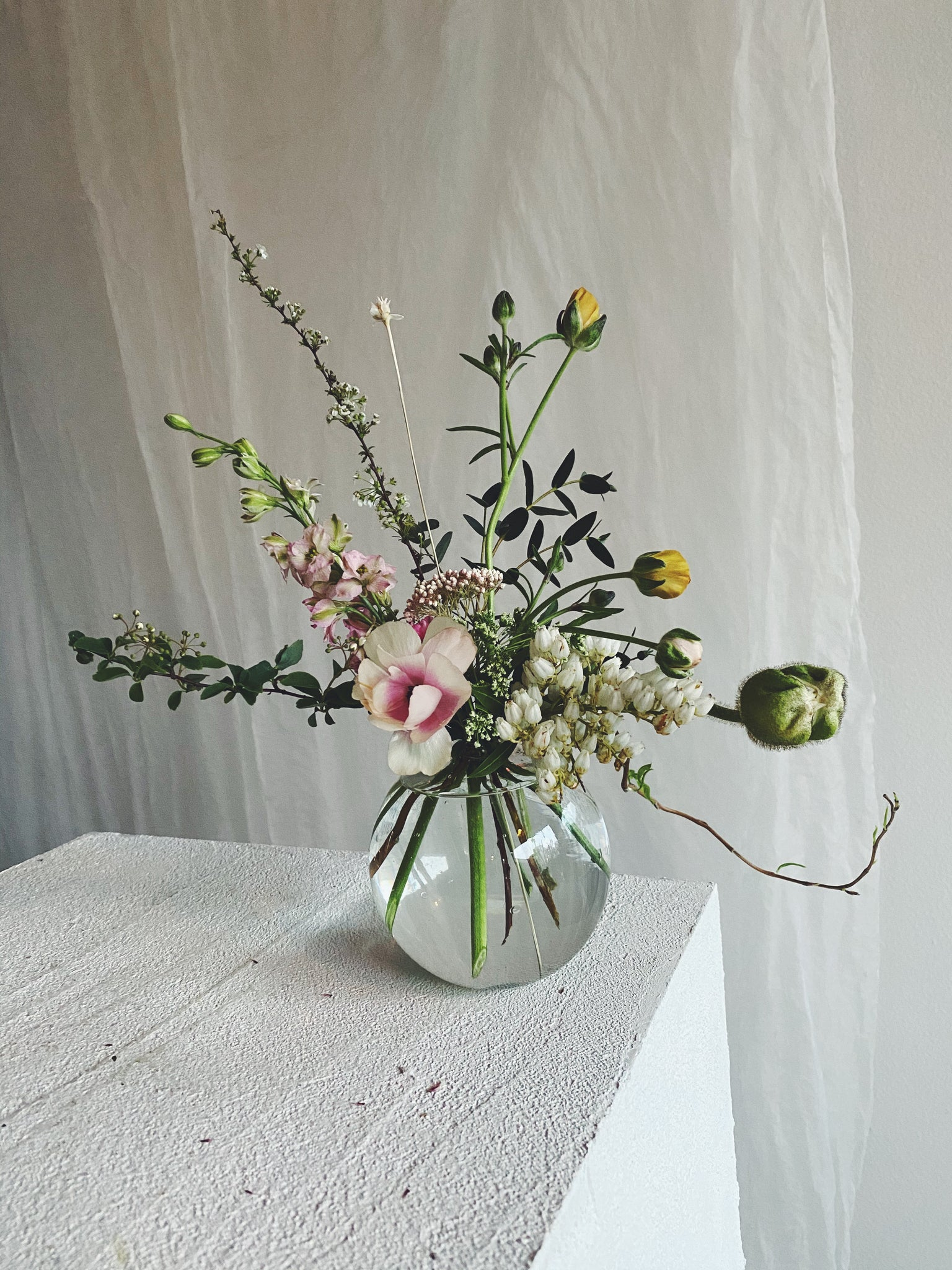 Goodbeast Round Glass Vase with Flowers