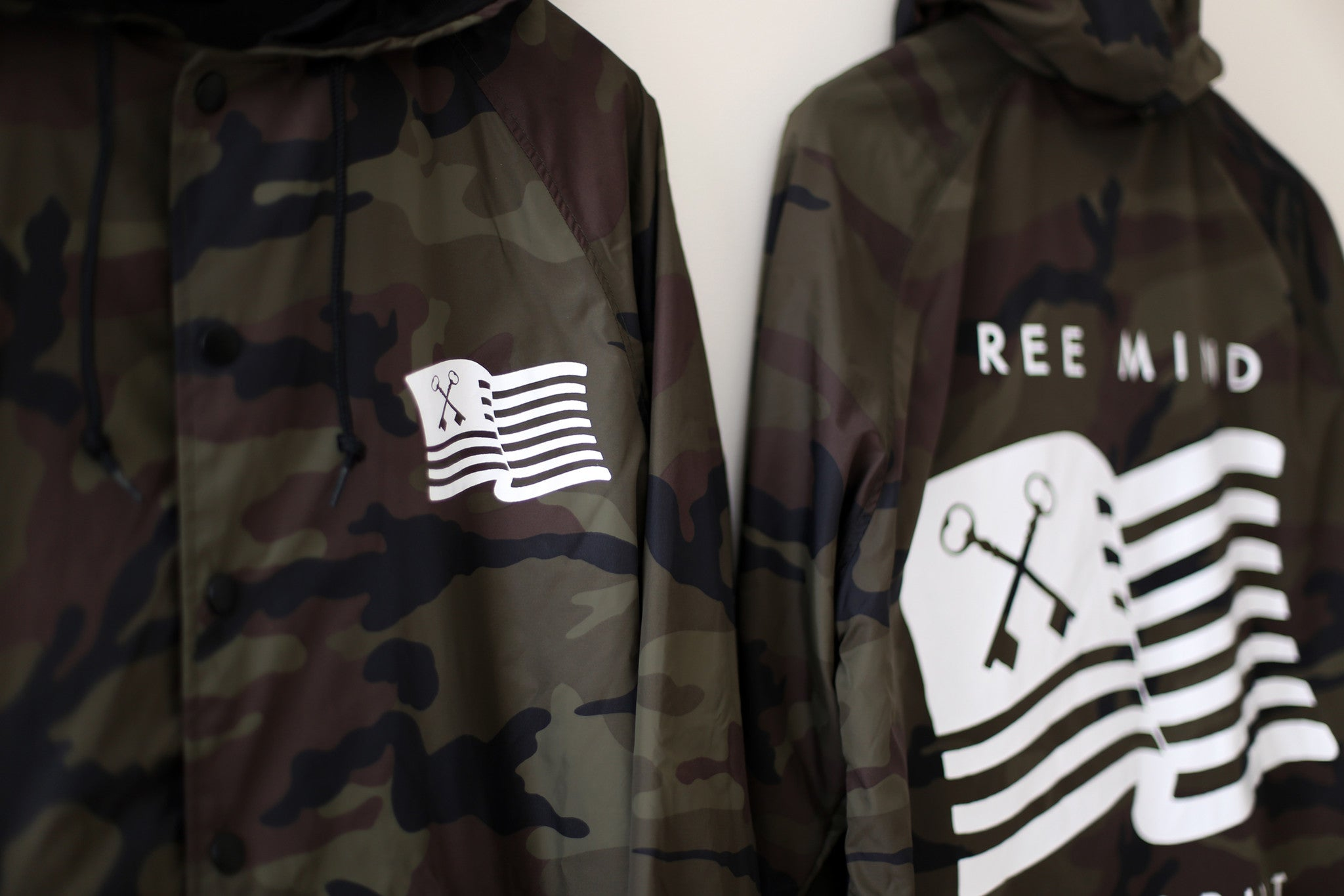 THE HOODED WINDBREAKER (CAMO)