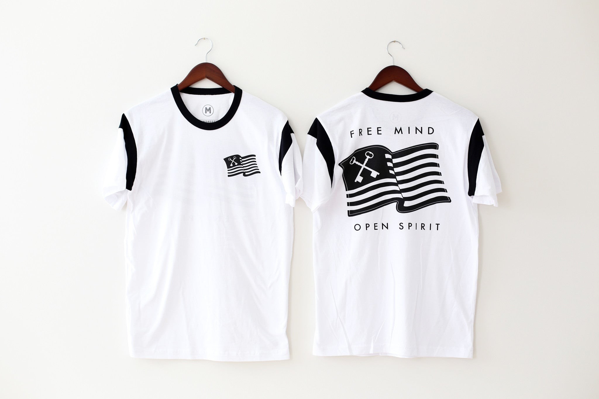 THE WAVING FLAG TEE (WHITE/BLACK)