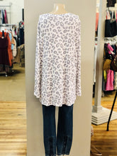 Load image into Gallery viewer, v-neck print top NWT