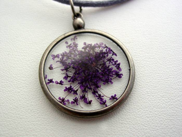 Queen Anne's Purple Lace Dried Pressed Flower In Resin Platinum Setting Necklace (J5)