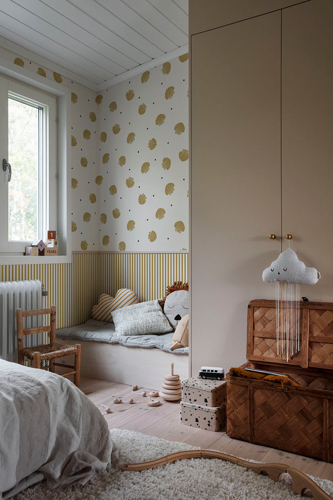 Picking Seashells Wallpaper