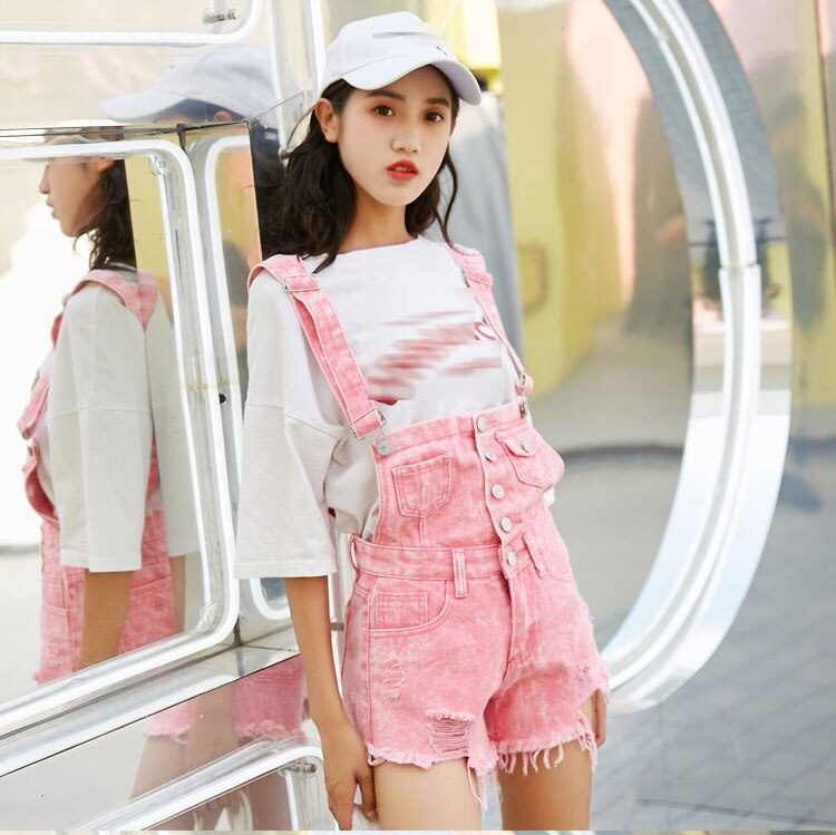 Short en jean femme rose effiloché type salopette