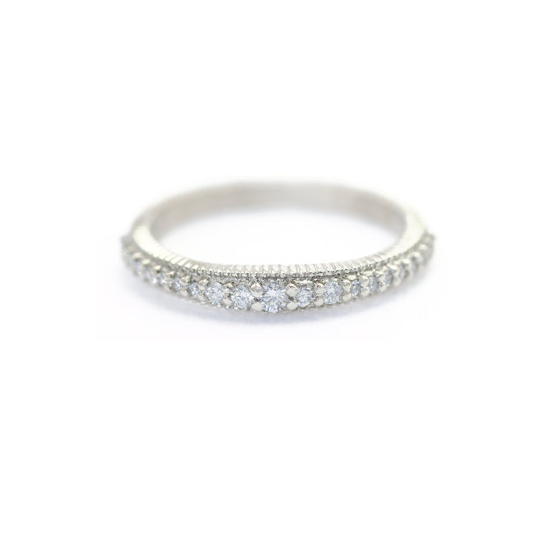 Ribbed Graduated Pave Band