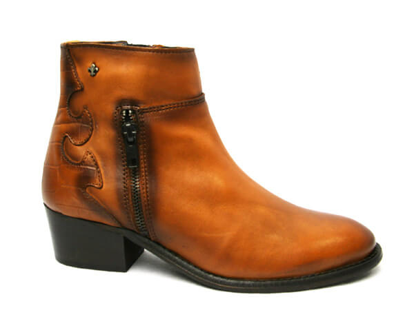 Amy Huberman 27Dresses-Cowboy style boot