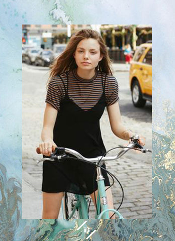 tee under dress t-shirt franela camiseta vestido debajo inspiration boots otoño outfit fall season black navy stripes straps bicycle french preppy style