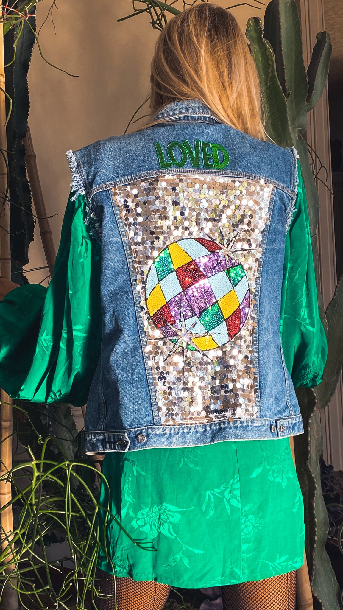 Veste en jean sans manches customisée by AVA Precious Goods