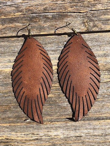 LEATHER FEATHER EARRINGS - BROWN - Coyote Blu