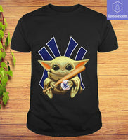 Baby Yoda hug New York Yankees T-shirt - Teetaho