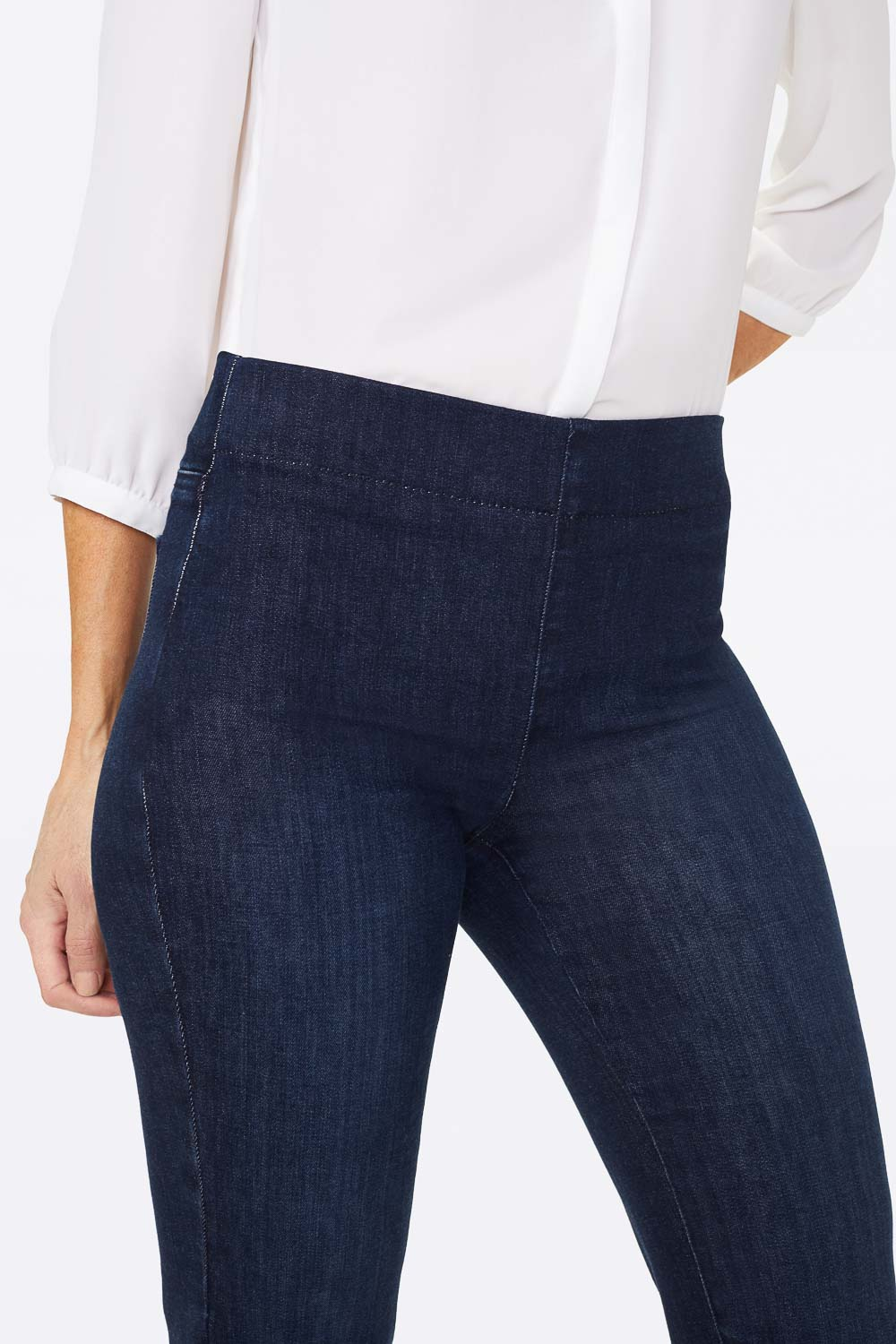 Marilyn Straight Pull-On Jeans In Petite - CLEAN DENSLOWE
