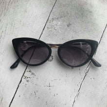 Load image into Gallery viewer, Retro Cat Eye Sunglasses