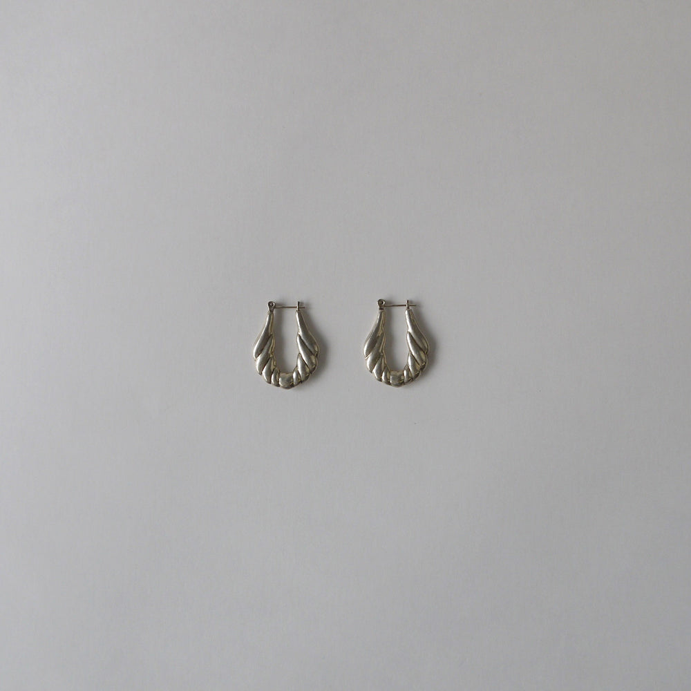 Load image into Gallery viewer, Vintage Scalloped 80s Sterling Hoop Earrings