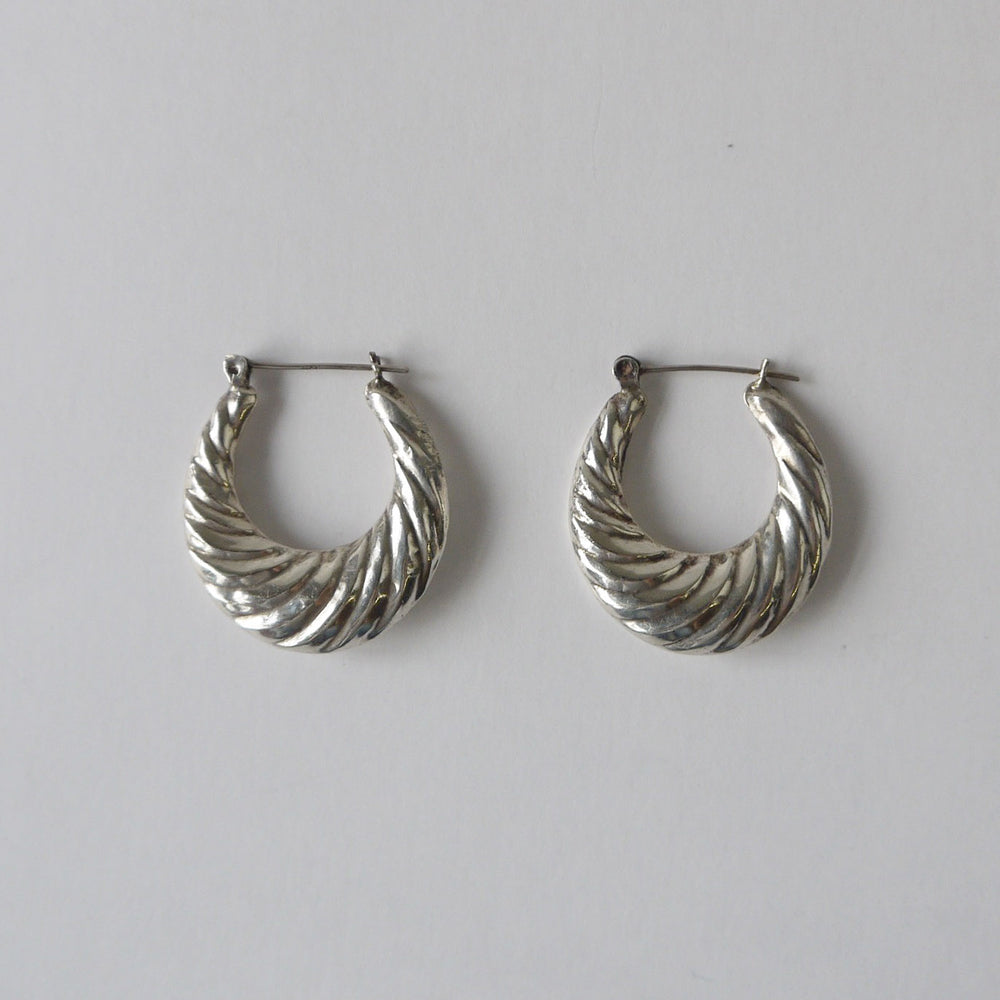 Load image into Gallery viewer, Vintage 80s Scalloped Sterling Hoop Earrings