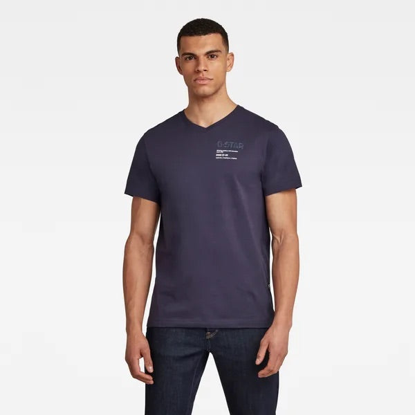 G-STAR RAW: CHEST GRAPHIC V-NECK T-SHIRT (SARTHO  BLUE)