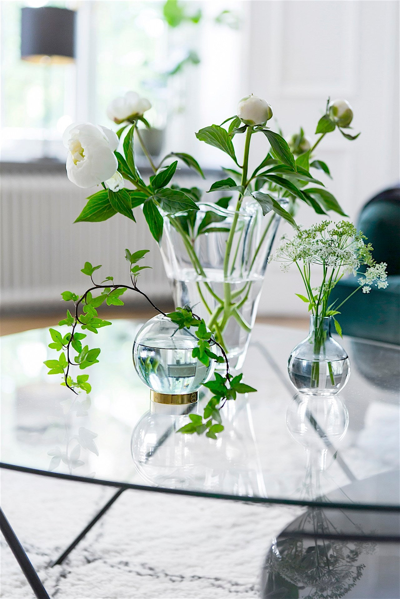 white-peonies-ivy-coffee-table-cut-flowers-green-white