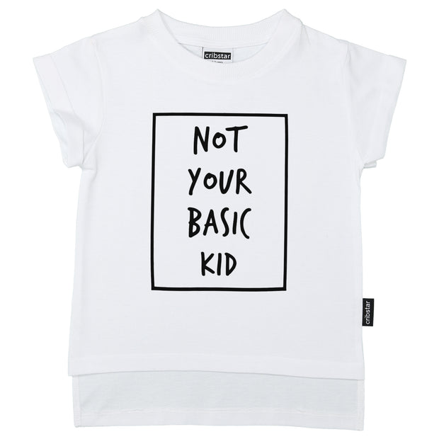 "Hvit t skjorte til barn med teksten ""not your basic kid"""