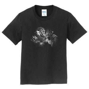 Close-up Tiger and Cub on Black - Kids' Unisex T-Shirt