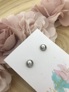 Circle studs with glass pearls - white
