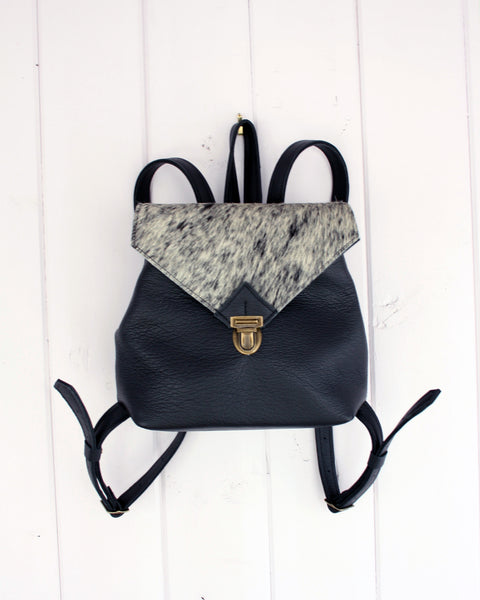 Backpack in black leather with hair-on cowhide in salt + pepper