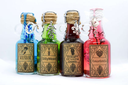 Official Potion Box Set of 4 Miniature potions plus Box at the best quality and price at House Of Spells- Fandom Collectable Shop. Get Your Potion Box Set of 4 Miniature potions plus Box now with 15% discount using code FANDOM at Checkout. www.houseofspells.co.uk.