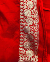 Load image into Gallery viewer, BOTTLE GREEN BANARASI HANDLOOM SATIN SILK SAREE CONTRAST RED BORDER & BLOUSE