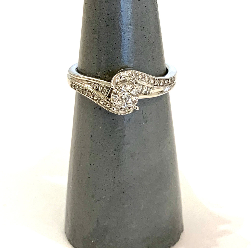 Solid white gold diamond ring - Ilumine' Gallery