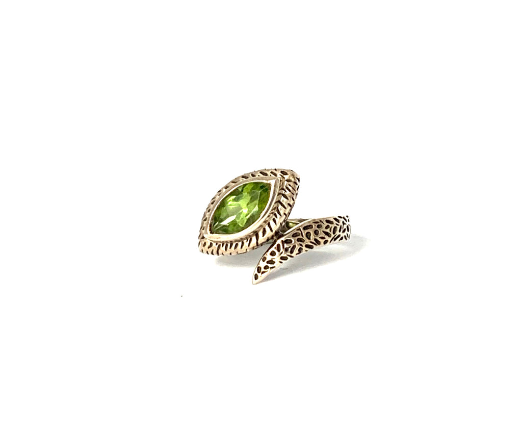 Ring sterling silver with peridot gemstone - Ilumine Gallery Store dainty jewelry affordable fine jewelry