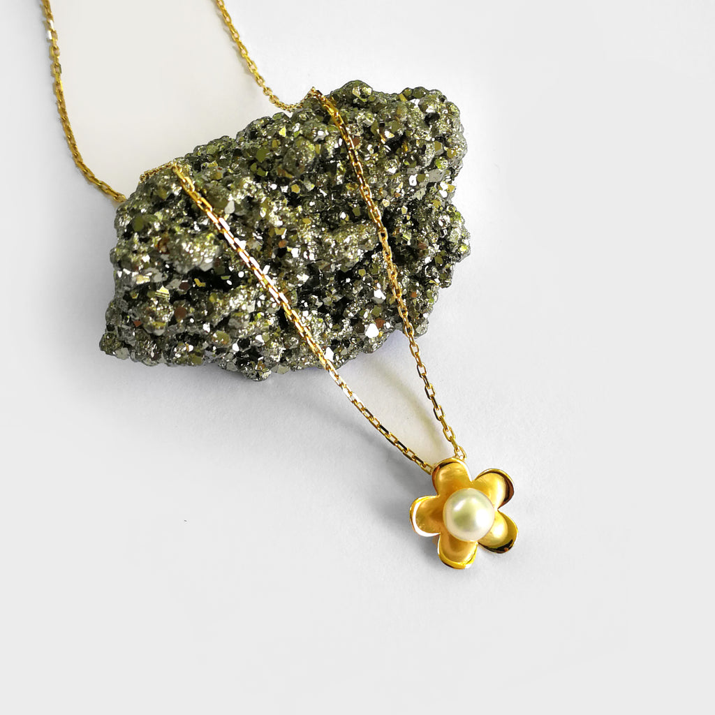 Gold or silver pearl daisy necklace - Ilumine Gallery Store dainty jewelry affordable fine jewelry