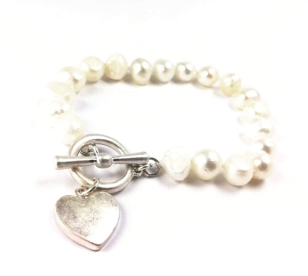 Pearl bracelet with silver heart fastening
