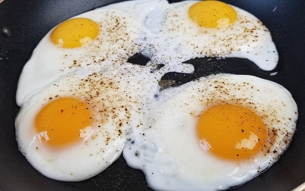 Fry the eggs in the remaining oil, seasoned with salt and pepper, sunny side up, about 1½ minutes.