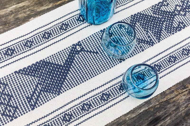 table runner waist loom white and blue