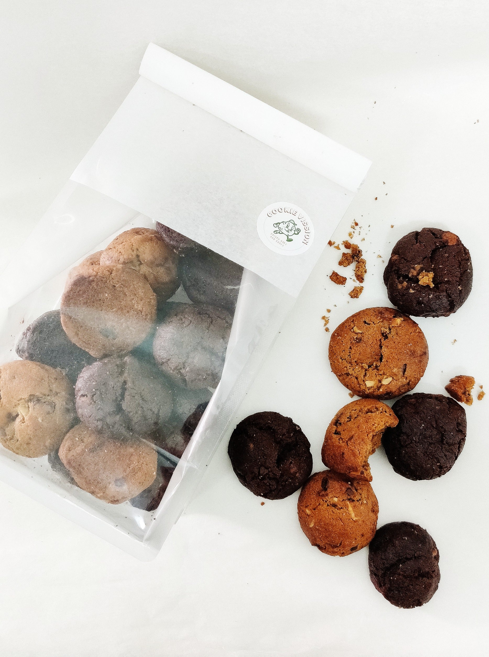Okay, so we get it, not everyone can devour our regular-size cookies in one sitting! No worries, we got you covered :) Try these bite-size cookies instead!  Choose from  Chocolate Cacao Nibs Chocolate Chip Pecan Spiced Hazelnut Mixed Bag (all 3 flavours) Each bag contains 400g of mini goodness.