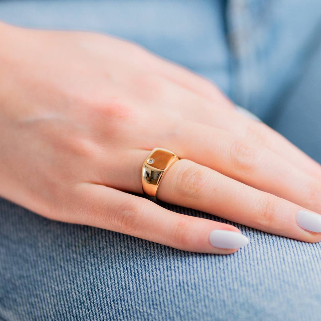Burren Jewellery 18k gold signel is strong signet ring model