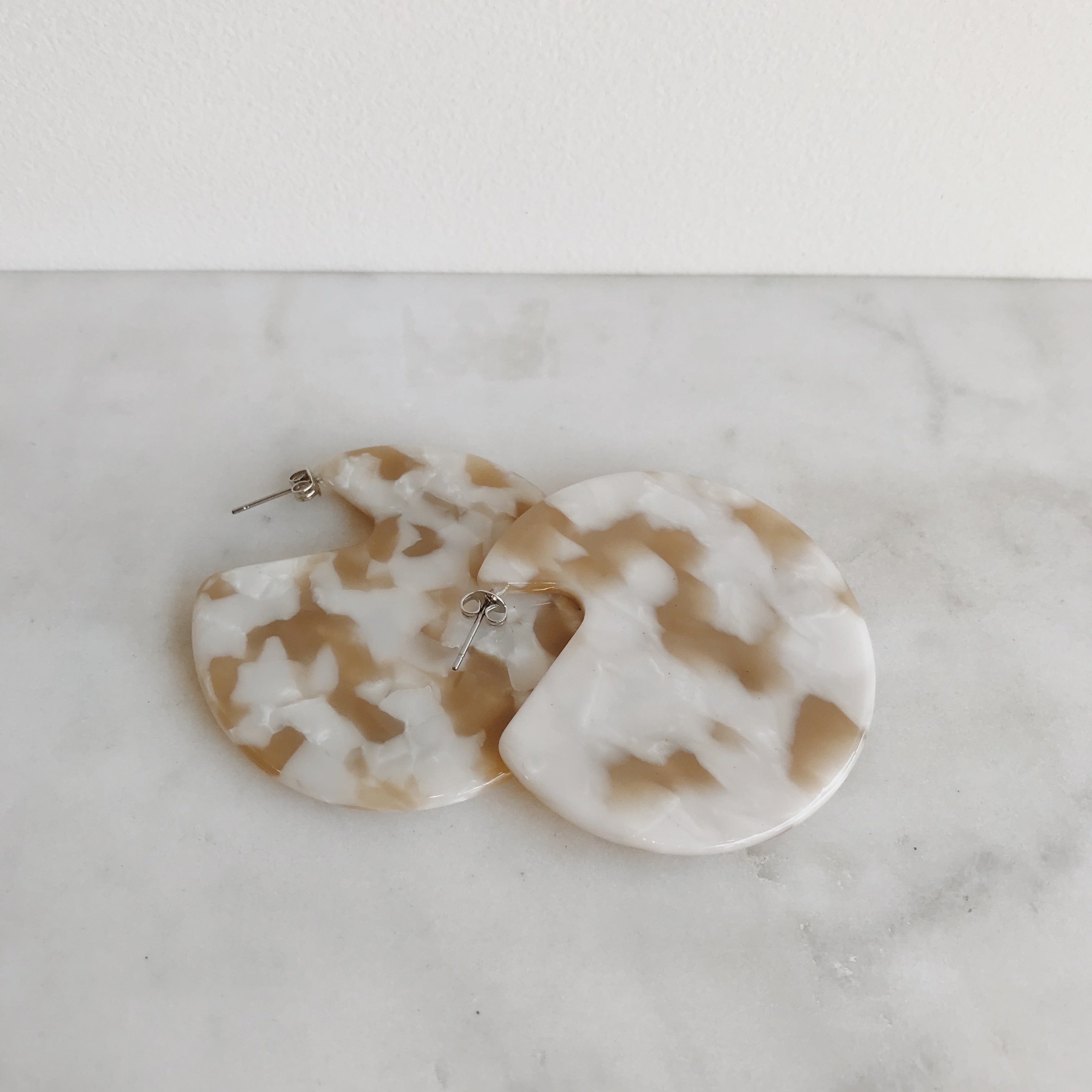 CLARE EARRINGS - TAUPE SHELL