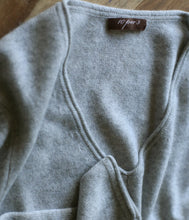 Laden Sie das Bild in den Galerie-Viewer, 10per3 Cashmere V-Pullover