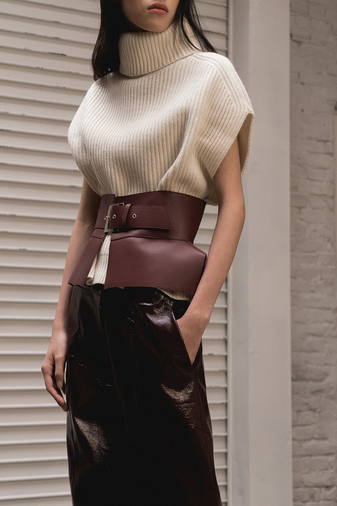 Wide belt in burgundy leather with oversized sliver-tone buckle closure. Leather.