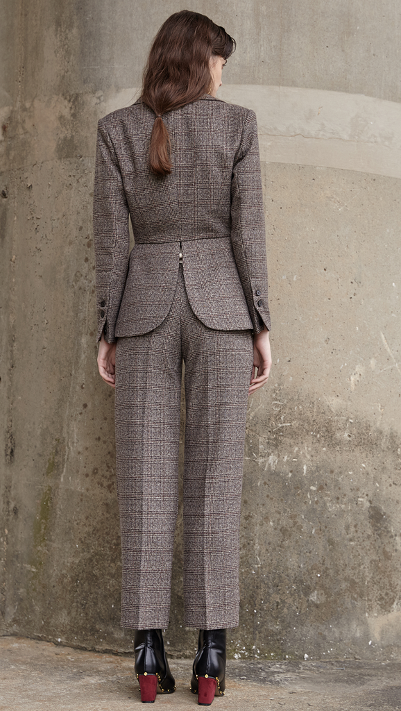 The Anouk Pant in brown, cream and black houndstooth pattern. With a sharply tailored that made from a soft wool-blend woven with a miniature houndstooth check. Side welt pockets. Sleek shape.