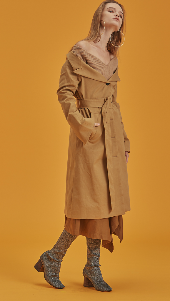 Archer is a trench coat in off-the-shoulder silhouette. With a detachable belt at waist, button down and pointed lapel collars, slip two pockets at natural waist. Designed to be off-the-shoulder. Straight hem.