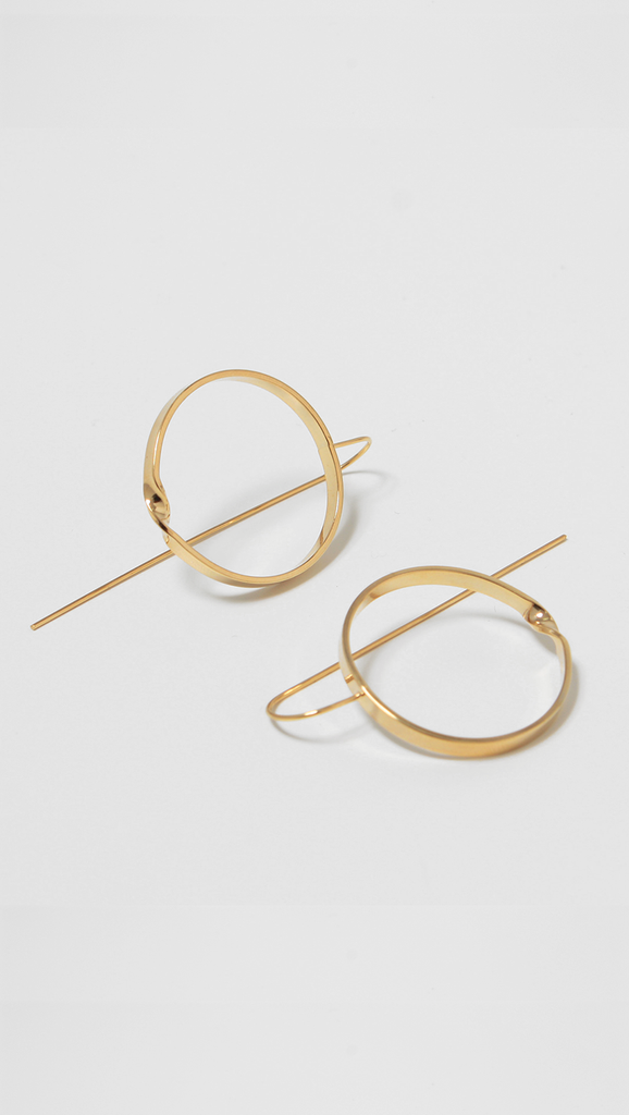 The Le Hen Circle Earring for a feminine, delicate style is crafted with a fine drop bar and finished with a large circle pendant.