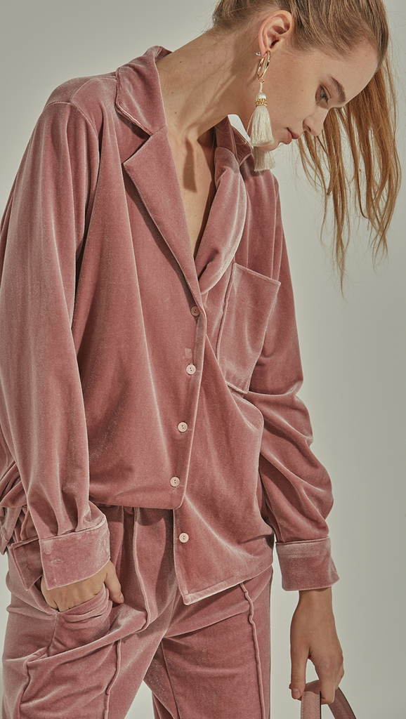 The Courrie Top is pyjama-inspired in lustrous duty rose velvet. With a notched collar, long sleeves with buttoned cuffs, one front welt pockets, straight hem. Relaxed fit. Front button down closure.