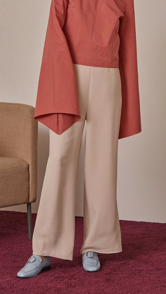 Exaggerated feminine gathered long sleeves. Bell sleeves cuffs. Concealed zip opening at back.