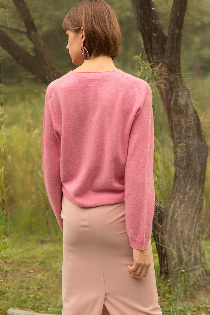 Deep V-neckline knit with long sleeves. Pull-on. 100% Cashmere.