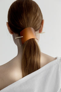 Trapezoid sculptural hairpin in 100% leather. One size sculptural, curved. Removable pin. Camel.